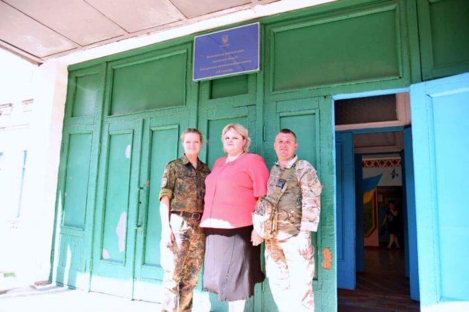 Sofia mit Schulleiterin und Offizier